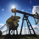 Нефть дешевеет, но торгуется выше 67 долларов
